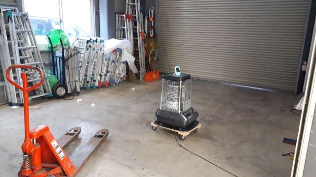 倉庫にダイニチブルーヒーターと温度計